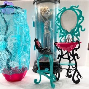 Monster High- Lagoona Blue,Restroom and Waterbed